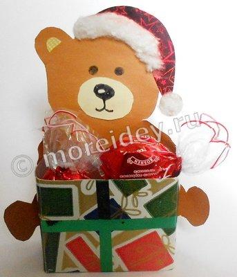 Новогодняя поделка из картона «Медвежонок с подарком»