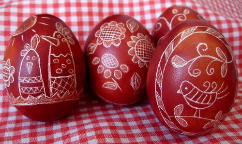 Украшение пасхальных яиц в технике драпанка