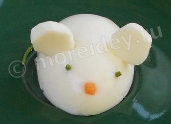 Украшение блюд - мышка из яйца.