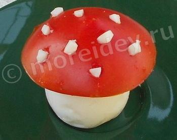 Украшение блюд - мухомор из яйца и помидора
