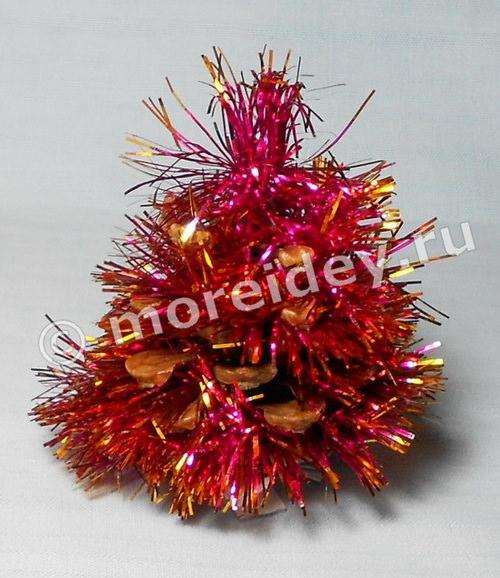 Новогодняя поделка для малышей из природного материала - елочка из шишки