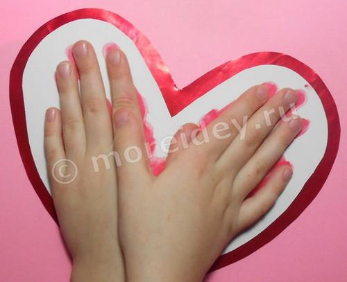 Как сделать сердечко из отпечатков ладошек