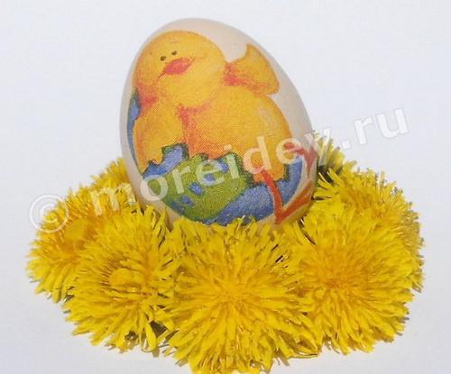 Поделка к Пасхе в технике декупаж: яйцо с цыпленком, лежащим в скорлупе