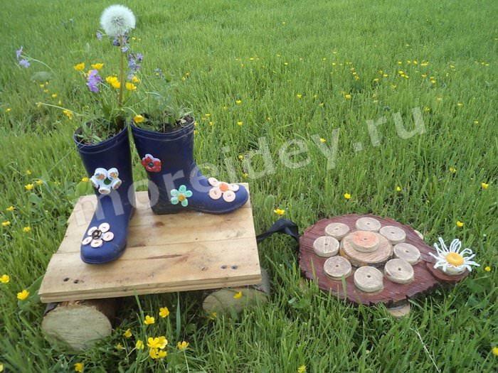Садовая композиция цветы в старых сапогах или сапоги с цветами