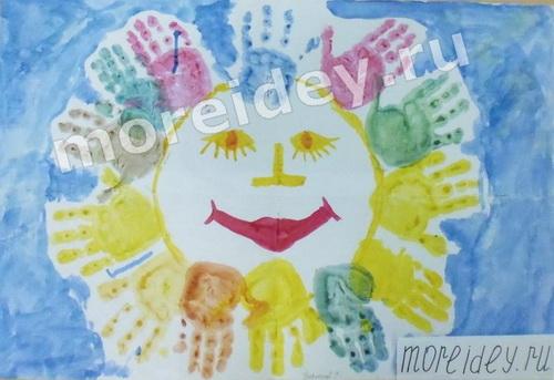 Солнышко - рисунок из ладошек