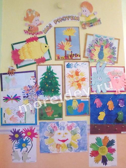 Оформление стенда - выставки в детском саду с работами из ладошек
