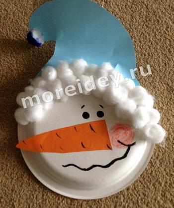 Новогодние поделки из одноразовых тарелок: поделка снеговик