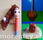 Шариковая ручка из ниток куколка