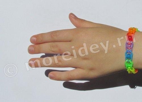 браслет из резинок с бусинами
