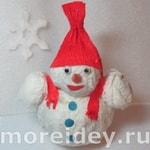 Снеговик из газеты и белой салфетки