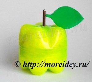яблоко - поделка из пластиковых бутылок для сада и дачи
