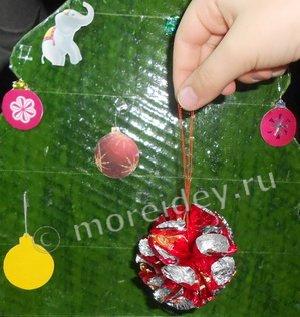 Как сделать шарик из фантиков, поделки из фантиков к Новому году