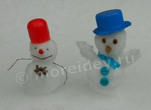 Маленькие смешные снеговики