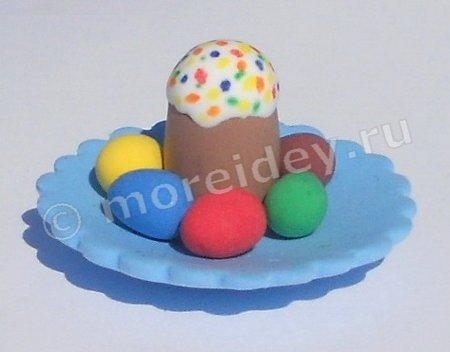 Поделка к Пасхе: пасхальный кулич с крашенными яйцами из пластилина