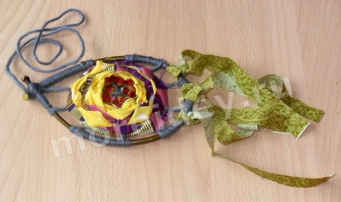 Поделка-подвеска с цветком из ниток и ткани этническая