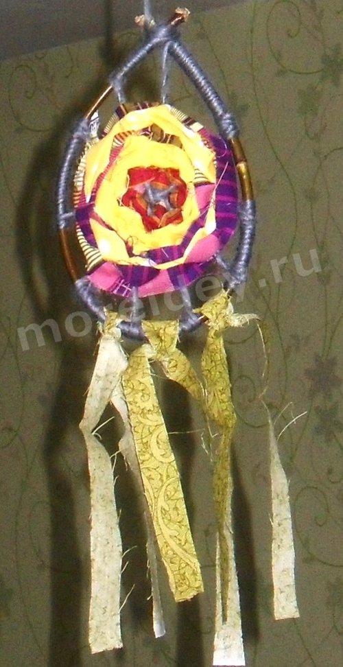 Поделка - подвеска с цветком (два в одном: ловец снов и мандала) из ниток и полосок ткани