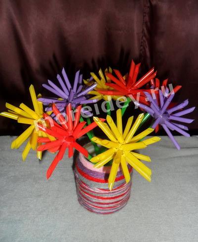 Букет цветов из коктейльных трубочек в вазе из ниток