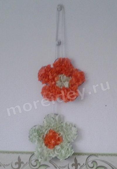 Идея для украшения интерьера дома: цветы из гофрированной бумаги