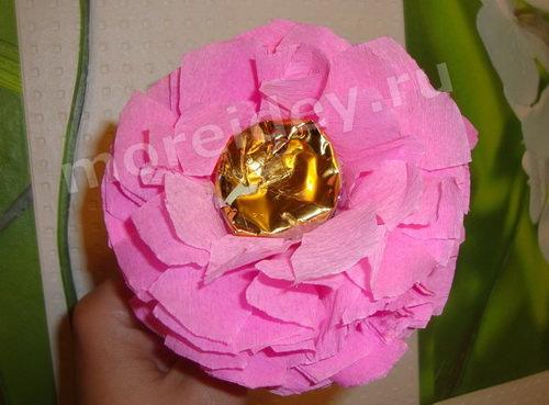Букет из конфет своими руками: цветок из конфет и гофрированной бумаги мастер класс с фото