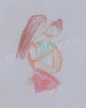 Детский рисунок мама целует и обнимает ребенка