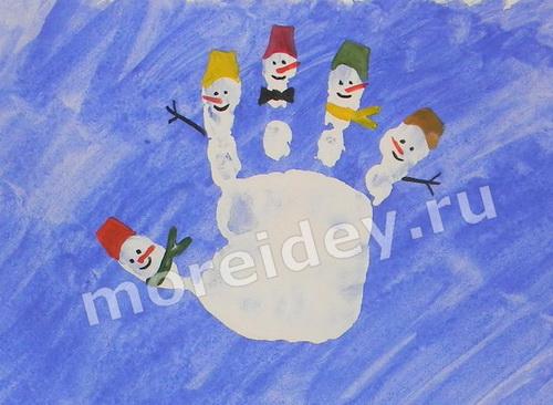 Семья снеговиков - детский новогодний рисунок из отпечатка ладошки