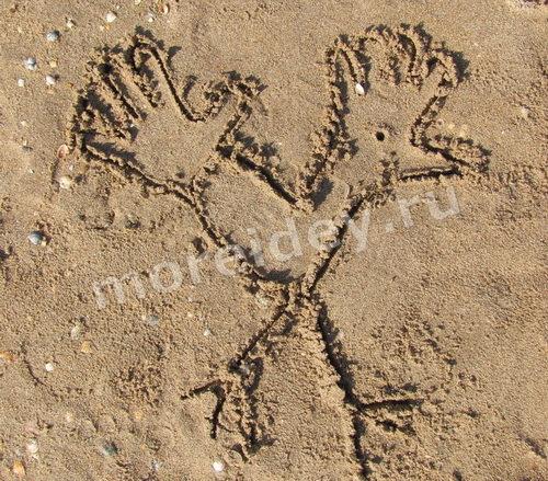 Рисунки ладошками на песке: петушок