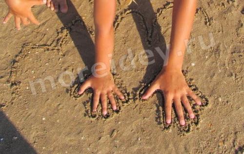 летние занятия: рисунки на песке