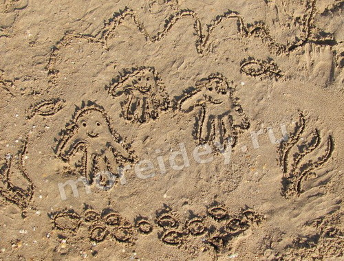 Рисунки ладошками на песке: осьминожки