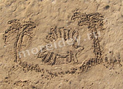 Рисунки ладошками на песке: динозавр