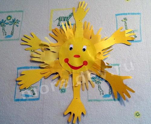 Солнышко - коллективная детская поделка из ладошек в детском саду
