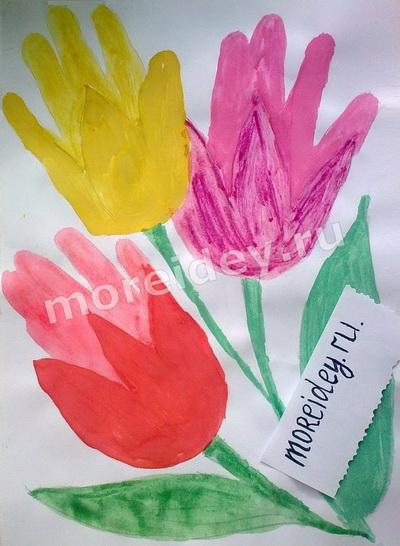 Подарки маме ко Дню матери или к 8 марта: рисунок из ладошек букет цветов