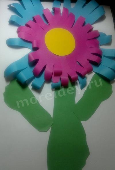 """Поделка """"цветы"""" из бумажных детских ладошек"""