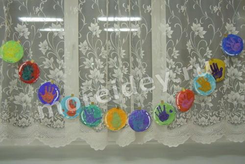 Новогодняя гирлянда из отпечатков детских ладошек своими руками