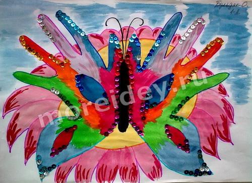 Необычные техники рисования: бабочка - рисунок из контуров ладошек и пайеток