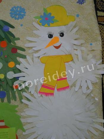 Поделка (аппликация) к Новому году из ладошек - снеговик