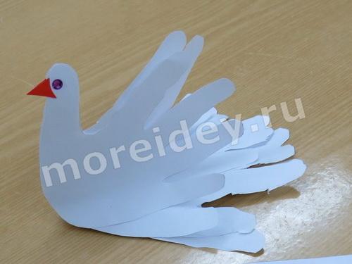 Голубь - поделка из бумажных детских ладошек
