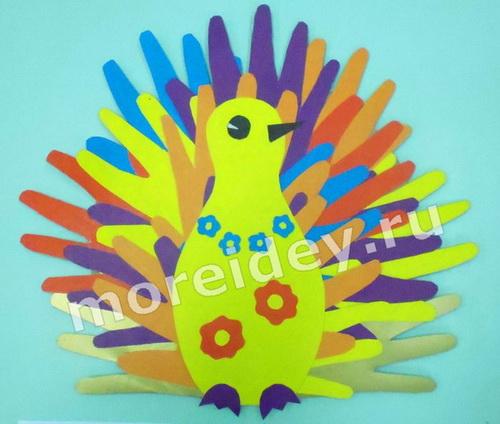 Павлин - поделка из бумажных детских ладошек