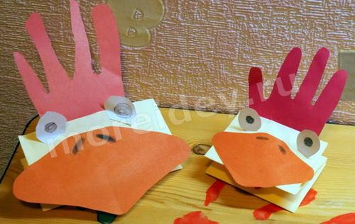 Птицы из ладошек: поделка петушки