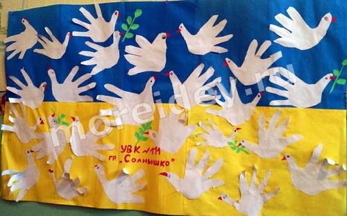 Птицы из ладошек коллективная групповая поделка в детском саду из ладошек голуби