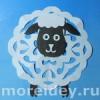 Необычная новогодняя снежинка-овечка для украшения окон