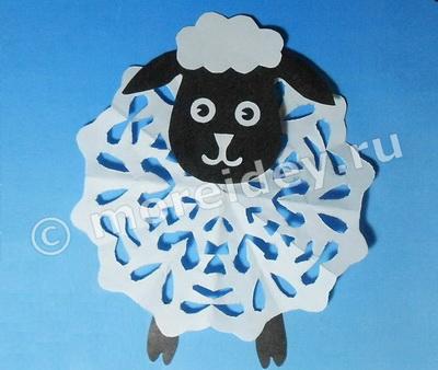 вытынанка с овечкой для украшения окон к новому году