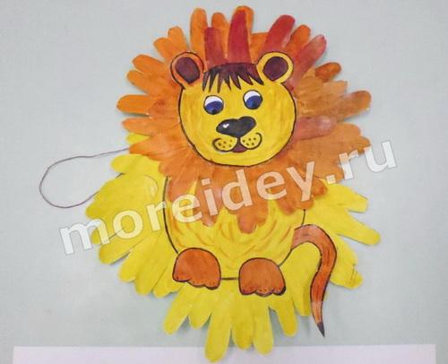 Львенок - поделка из бумажных детских ладошек
