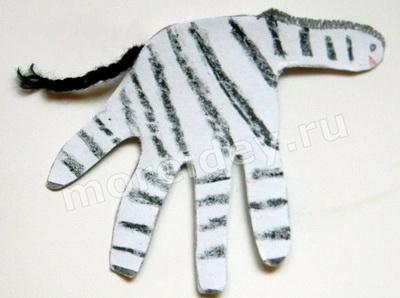 Животные из ладошек: поделка зебра из ладошек