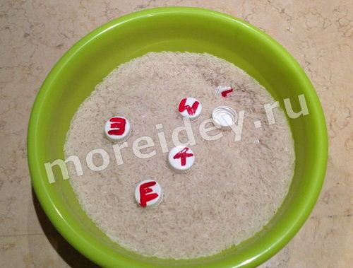 учим буквы: игра - искалка с рисом