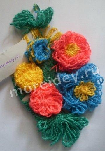 цветы - детская поделка из ниток