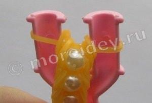 как надевать бусины на браслеты из резинок