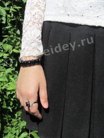 черный браслет из резинок с бусинами